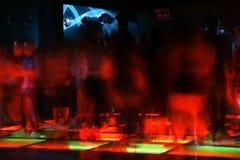 Muchedumbre de la danza del club nocturno en el movimiento Imagenes de archivo