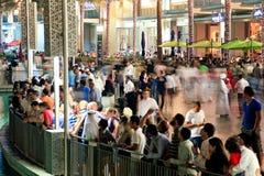 Muchedumbre de la demostración para de los fountainde Dubai de la gente que esperan Fotos de archivo libres de regalías