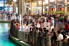 Muchedumbre de la demostración para de los fountainde Dubai de la gente que esperan Fotografía de archivo