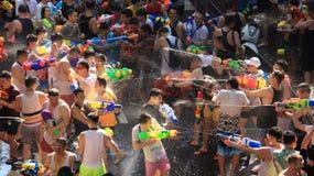 Muchedumbre de la felicidad Turista que juega festivales del Año Nuevo tailandés del agua o del agua Imagen de archivo libre de regalías