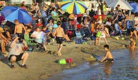Muchedumbre de la playa Fotos de archivo libres de regalías