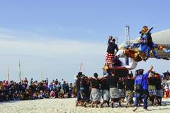 Muchedumbre de masa y bailarines en un festival de la danza fotos de archivo libres de regalías