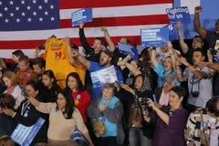 Muchedumbre de partidarios para el candidato demócrata a la presidencia Hillary Clinton Campaigns In Las Vegas, Nevada Imagen de archivo libre de regalías