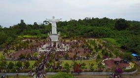 Muchedumbre de peregrinos por el monumento en la isla de Mansinam - Jesús almacen de video