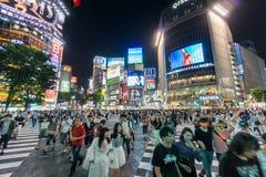 Muchedumbre de Shibuya y muestras iluminadas Imágenes de archivo libres de regalías