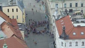 Muchedumbre de turistas que miran el funcionamiento de la calle, área de alto riesgo del carterista en ciudad almacen de video