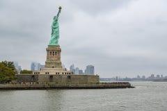 Muchedumbre de turistas que visitan la estatua de la libertad en Liberty Island fotografía de archivo