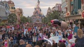 Muchedumbre de visitantes que caminan en Disneyland París almacen de video