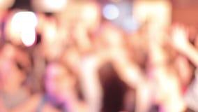 Muchedumbre Defocused de manos que agitan de la gente, luces que destellan, música almacen de video