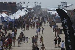 Muchedumbre del acontecimiento en la playa Fotos de archivo