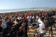 Muchedumbre del acontecimiento en la playa de Supertubos Fotografía de archivo libre de regalías