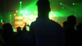 Muchedumbre del concierto de rock de la noche almacen de video