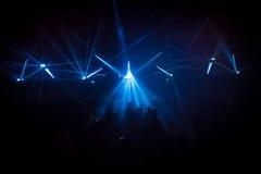 Muchedumbre del concierto delante de efectos luminosos de la etapa del LED Fotos de archivo libres de regalías