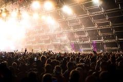 Muchedumbre del concierto delante de efectos luminosos de la etapa del LED Fotografía de archivo libre de regalías