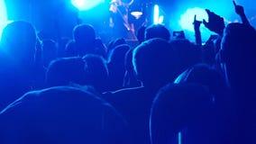 muchedumbre del concierto en azul en silueta almacen de video