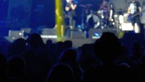 Muchedumbre del concierto en el festival de música Concierto de rock de baile de la gente de la muchedumbre almacen de video