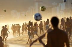 Muchedumbre del fútbol de la playa en la playa en Río Foto de archivo libre de regalías