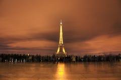 Muchedumbre delante de la torre Eiffel Foto de archivo libre de regalías
