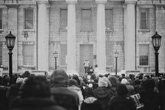 Muchedumbre delante del capitolio viejo de Iowa City Imagen de archivo libre de regalías