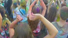 Muchedumbre enérgica de gente joven que baila a la música en el concierto al aire libre en verano almacen de metraje de vídeo