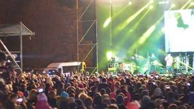 Muchedumbre en concierto de rock almacen de metraje de vídeo