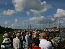 Muchedumbre en desfile de observación del barco de la orilla del río foto de archivo libre de regalías