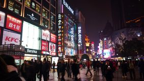 Muchedumbre en el camino Shangai de Nanjing Imágenes de archivo libres de regalías