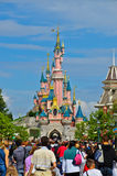 Muchedumbre en el centro turístico París de Disneylandya Fotografía de archivo