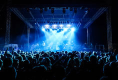 Muchedumbre en el concierto bajo luces azules Fotos de archivo