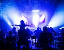 Muchedumbre en el concierto y las luces borrosas de la etapa Imagen de archivo