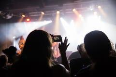 Muchedumbre en el concierto y las luces borrosas de la etapa Foto de archivo