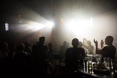 Muchedumbre en el concierto y las luces borrosas de la etapa Imágenes de archivo libres de regalías