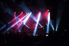 Muchedumbre en el concierto y las luces borrosas de la etapa Fotos de archivo libres de regalías