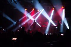 Muchedumbre en el concierto y las luces borrosas de la etapa Fotografía de archivo