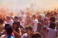 Muchedumbre en el festival de los colores Holi Barcelona fotografía de archivo libre de regalías