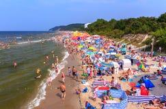 Muchedumbre en el mar playa-Polonia-báltico Imagen de archivo libre de regalías