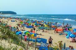Muchedumbre en el mar playa-Polonia-báltico Foto de archivo