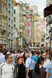Muchedumbre en la avenida de Istiklal en el districto de Beyoglu Imagenes de archivo