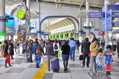 Muchedumbre en la estación de tren de Shinagawa Tokio Imagen de archivo libre de regalías