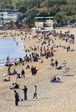 Muchedumbre en la playa de Fujiazhuang, Dalian, China Foto de archivo