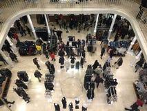 Muchedumbre en la tienda de Zara en Roma fotos de archivo