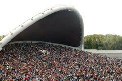 Muchedumbre en los argumentos del festival de la canción Foto de archivo