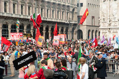 Muchedumbre en Milano en día de la liberación Foto de archivo libre de regalías