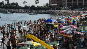 Muchedumbre en playa mediterránea al verano de la tarde almacen de metraje de vídeo