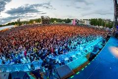 Muchedumbre en un concierto en el festival de Dcode Imagenes de archivo