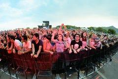 Muchedumbre en un concierto en el festival de la BOLA Imágenes de archivo libres de regalías
