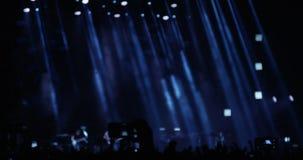 Muchedumbre en un concierto en la noche metrajes