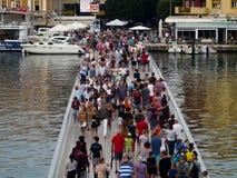 Muchedumbre en un puente imagen de archivo