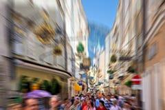 Muchedumbre en una calle estrecha de la ciudad Imagenes de archivo