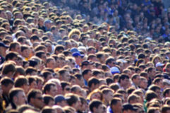 Muchedumbre enmascarada de espectadores en una tribuna del estadio Foto de archivo libre de regalías